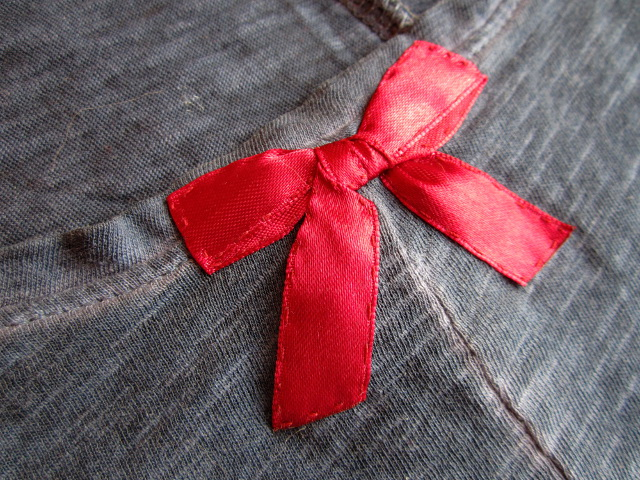 red textil bow bant